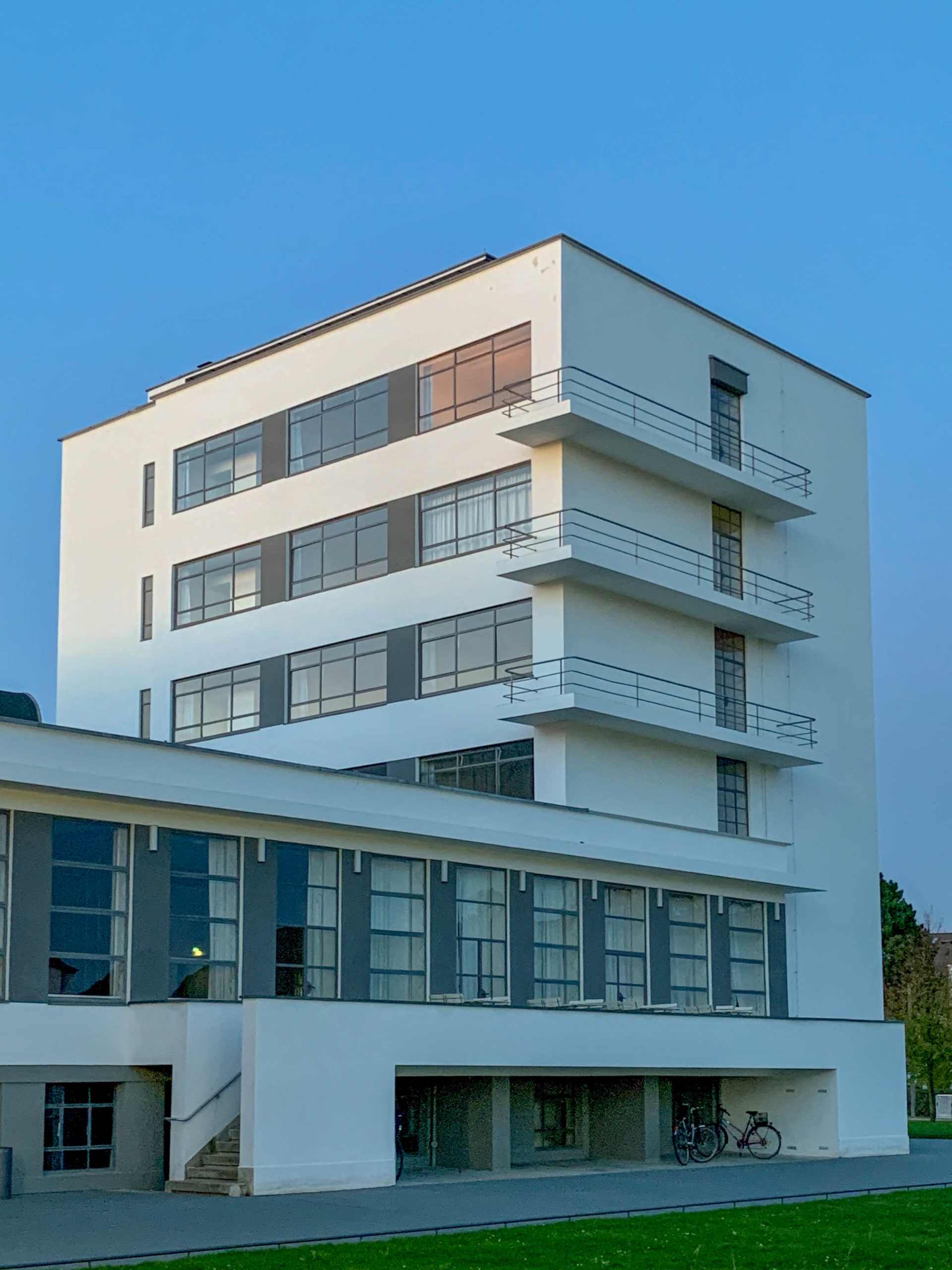 Prellerhaus, 1925-1926. Architect: Walter Gropius