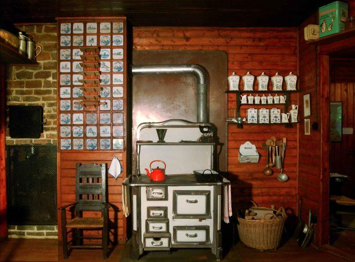 Käseglocke, Erdgeschoss. Küche mit Herd. Foto: Peter Elze, Freunde Worpswedes e.V.